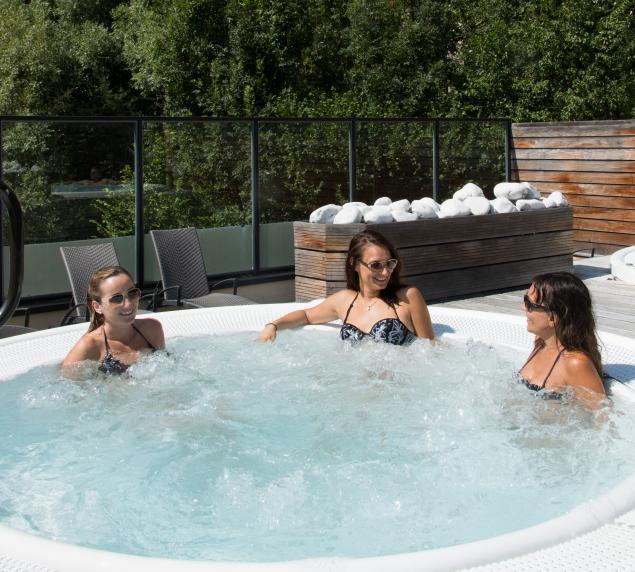 jacuzzi extérieur grans spa thermal de brides les bains